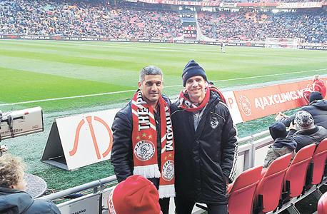 אסף שטנגל וערן עלמני במשחק של אייאקס. כיום כל המאמנים של נבחרת הולנד בגילים הצעירים (13–17) הנם יוצאי מחלקת האימון של האקדמיה של אייאקס.