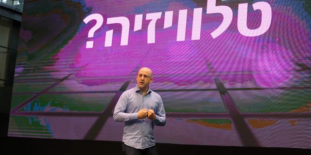 """מנכ""""ל סלקום ניר שטרן מציג את הטלוויזיה של החברה, צילום: נמרוד גליקמן"""