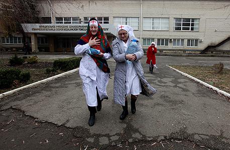 """נזירות מתנדבות בבית חולים בעיר סטברופול בדרום רוסיה, ינואר 2013. גורביץ: """"בתוך רוסיה כבר אין תשתיות ושירותי בריאות"""""""