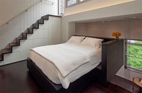 חלל השינה. תקרות גבוהות ומקום למיטה זוגית , צילום: design-milk.com