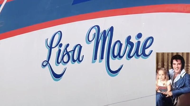 אלביס ובתו ליסה מארי וברקע המטוס על שמה