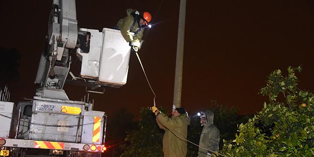 עובדי חברת החשמל במושב חרות בסופה האחרונה, צילום: יאיר שגיא