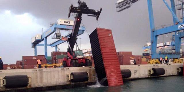 המכולה שנפלה לים בנמל אשדוד