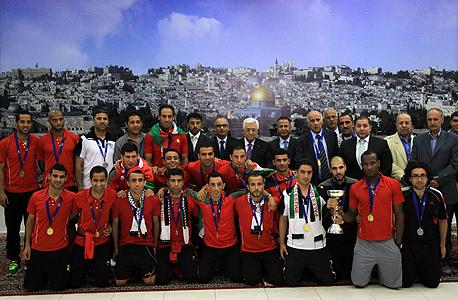 הנבחרת הפלסטינית עם אבו-מאזן. מ־2011 חל שיפור