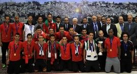 נבחרת פלסטין עם אבו מאזן. הנבחרת מספקת גדרה לאומית , צילום: איי אף פי
