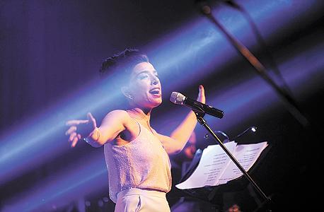 דיקלה בהופעה. השירים והעיבודים הצליחו לבנות ערב מגוון ומהנה