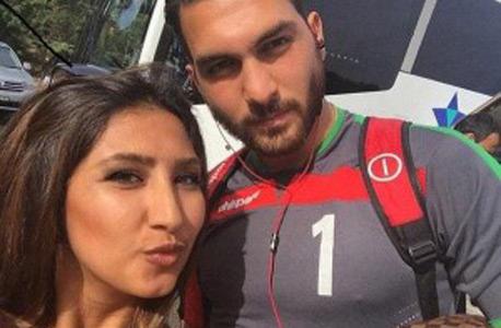 שוער נבחרת איראן עם אוהדת. רחמנא לצלן