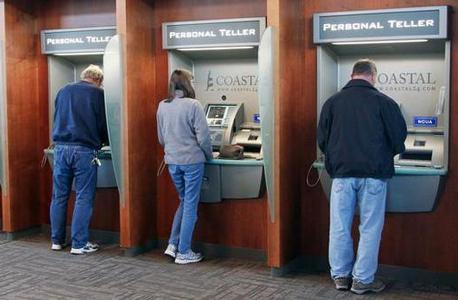 מכונות שמשרתות את לקוחות בנק קוסטל פדרל קרדיט יוניון. מהלך שהוביל לצמצום של 40% במספר הפקידים