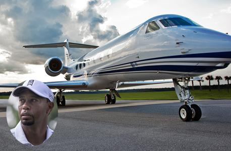 טייגר וודס על רקע מטוס מהדגם שבבעלותו, צילום: gulf stream