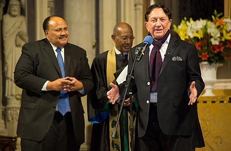 """ריקליס עם מרטין לותר קינג השלישי (משמאל), החודש בטקס בכנסייה בניו יורק. """"נלחמנו בגזענות יחד"""""""