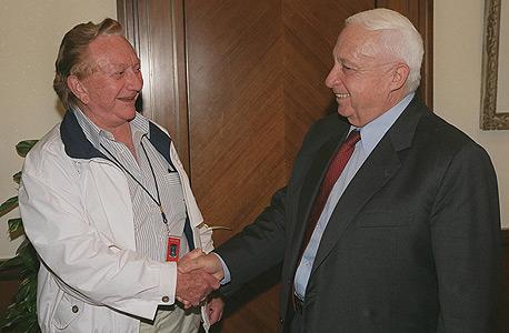 """ריקליס עם שרון ב־2001, מיד לאחר כניסתו ללשכת ראש הממשלה. """"אמרתי שאם שרון זקוק לעזרה ריקליס יעזור לו, ונתתי לו הלוואה של 200 אלף דולר לקנות חווה"""""""