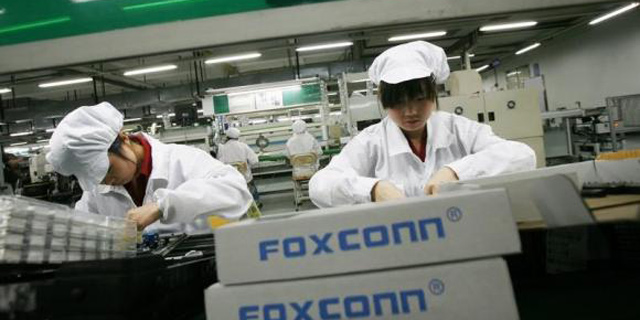 פועלים במפעל פוקסקון, צילום: רויטרס