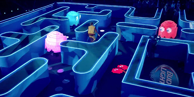אחת הפרסומות של באד לייט. פאקמן בגודל אנושי, צילום: יוטיוב, באד לייט