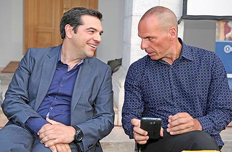 """מימין: יאניס ורופקיס ואלכסיס ציפרס. על הקריסה היוונית: """"נהוג לחשוב שהיוונים שיפרו את מצבם באמצעות חובות ושהבועה הזאת התפוצצה ב־2009. אבל זה לא נכון. אם אתה מסתכל על הפנסיונרים, על בעלי ההכנסות הנמוכות, אתה מגלה שהם היו בקשיים אדירים עוד לפני המשבר"""""""
