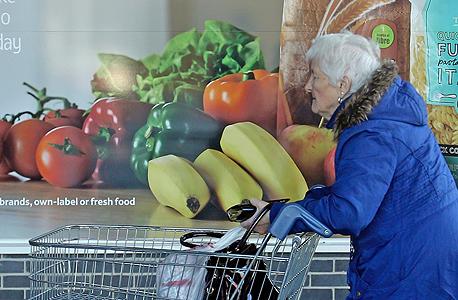 לקוחה מבוגרת ליד פרסומת למוצרים בריאים בטסקו