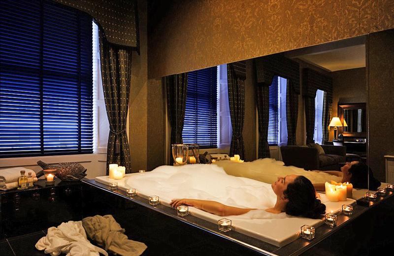 מלון נירה קלדוניאן. זכה למוניטין של המלון עם חבילות הארוטיות הטובות ביותר