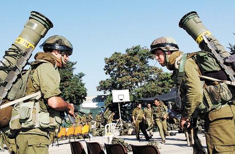חיילים נושאים טילי טאו , צילום: אפי שריר