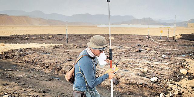 """עובד של קצא""""א בשמורת עברונה, שספגה פגיעה קשה מדליפת נפט, צילום: אי פי איי"""