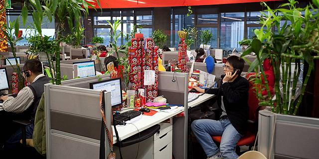 עובדים במטה עליבאבא בסין, צילום: בלומברג