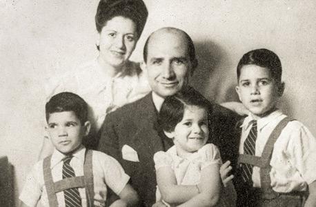 1944. משה ספדיה (6, מימין) עם הוריו ליאון ורחל ואחיו סילביה (2) וגבריאל (4) בחיפה
