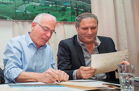 בנצי ליברמן ו אורי אריאל טקס חתימת הסכם גג מודיעין מכבים רעות , צילום: עומר מסינגר