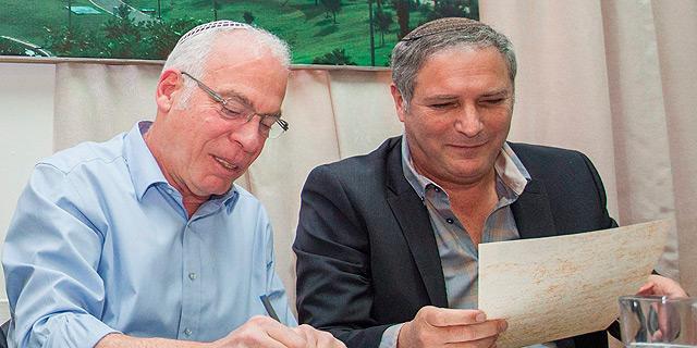 מימין: בנצי ליברמן מנהל רשות מקרקעי ישראל ואורי אריאל שר הבינוי, צילום: עומר מסינגר