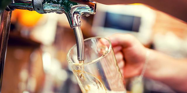 שתיית בירה זה לא הישג שמדגים כישורים רלוונטיים לרוב העבודות, צילום: שאטרסטוק