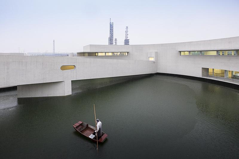 הבניין על המים במפעל הכימיקלים שיהיליאן במחוז ג'יאנגסו, סין