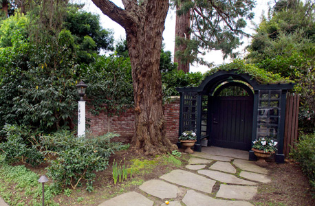 הכניסה לביתו של צוקרברג בפאלו אלטו, קליפורניה. סכסוך השכנים הגיע לבית המשפט