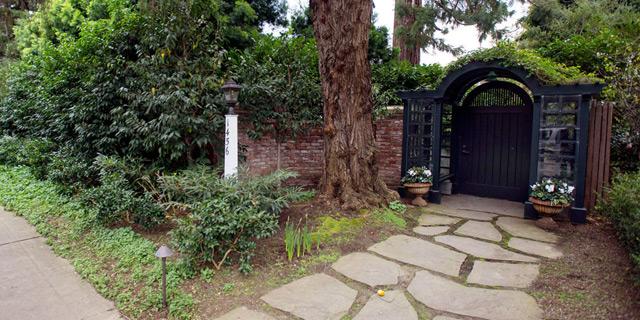 הכניסה לביתו של צוקרברג בפאלו אלטו, קליפורניה. סכסוך השכנים הגיע לבית המשפט, צילום: בלומברג