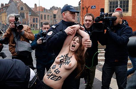 מפגינות נגד דומיניק שטראוס - קאהן מסיבות מין צרפת, צילום: רויטרס