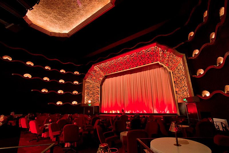 קולנוע רקס, הישיבה היא בכורסאות קטיפה עוטפות ליד שולחנות עם תאורה רכה, צילום:Facebook / Rex Berkhamsted