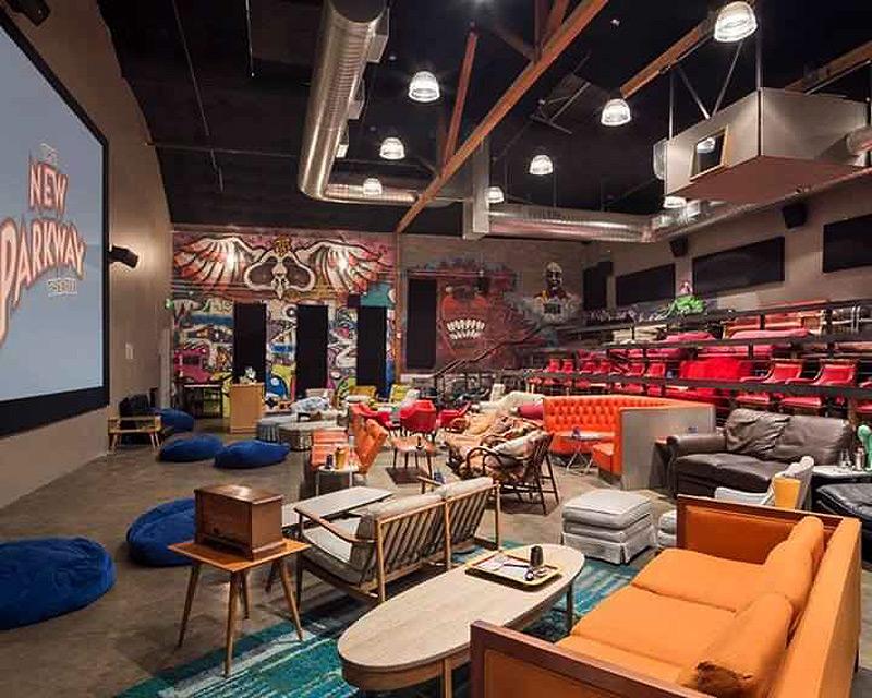 כשבא לכם להרגיש בבית, קולנוע ניו פארקווי, אוקלנד, קליפורניה, צילום: COURTESY OF THE NEW PARKWAY THEATER