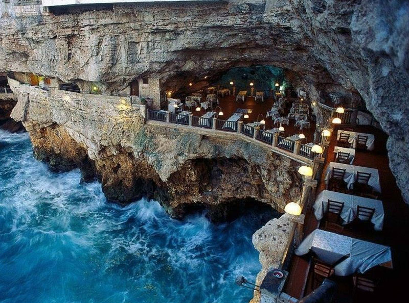 מסעדה בתוך מערה על הים