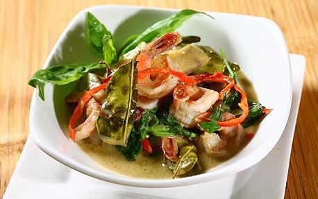 גנג קייאו וון גונג (תבשיל שרימפס וחציל תאילנדי). מנה חריפה, מצוינת ונדיבה