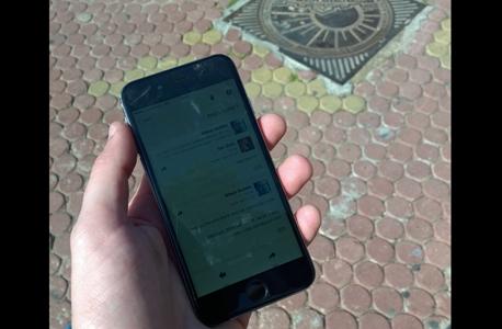 מסך האייפון 6 תחת תאורה חלקית. כששולפים אותו תחת תאורה ישירה, לא רואים כלום