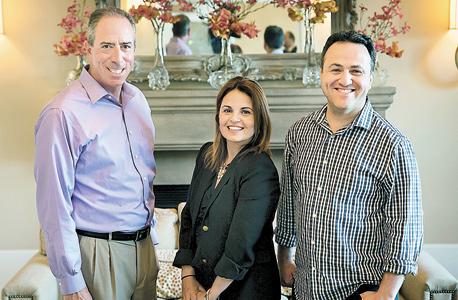 """פטרושקה עם מקימי אפווסט, שולי גלילי וגיל בן ארצי. """"אנחנו מציעים לישראלים להעביר חלק מהעסק לפה אבל להמשיך את התכנות בארץ"""""""