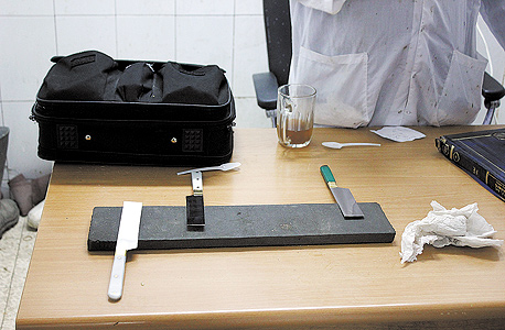 סכינים ממתינות לבדיקה. כשאנחנו פוגשים את השוחטים הם עוסקים בשפשוף הסכין על פלטת אבן, שוב ושוב, ואז מניחים את הסכינים בשורה לבדיקה