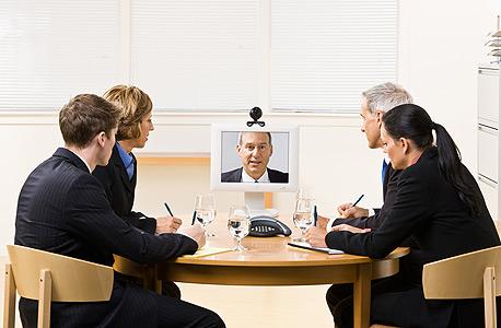 למרות שהצוות לא נמצא באותו משרד, אפשר לנהל שיחות וידאו ולעודד סמול טוק כדי לבנות אמון