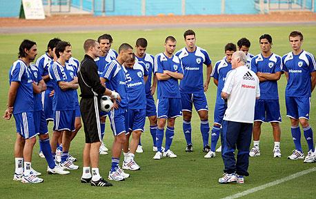 איך בוחרים מאמן במדינות כדורגל מתוקנות?