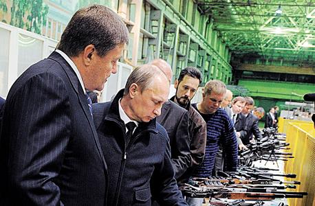 פוטין בסיור במפעל קלצ'ניקוב, צילום: אי פי איי