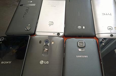 המתחרים. מימין למעלה: ה-M8 של HTC, הלומיה 930 של נוקיה, אייפון 6, נקסוס 5. מימין למטה: חואווי P7, גלקסי  S5, ה-G3 של LG וה-Z3 של סוני