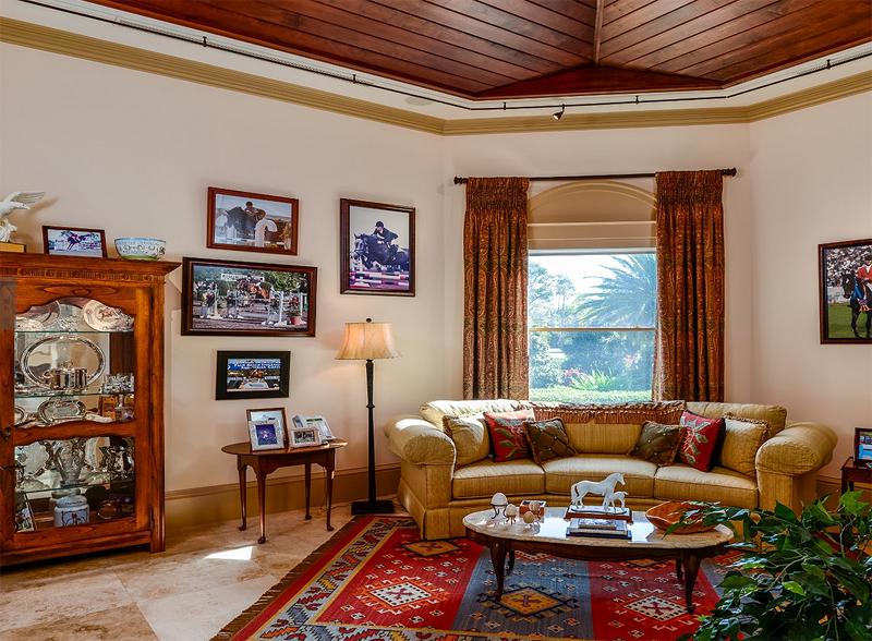 """הסלון במבנה המרכזי המשתרע על 1,115 מ""""ר, צילום: Sotheby"""