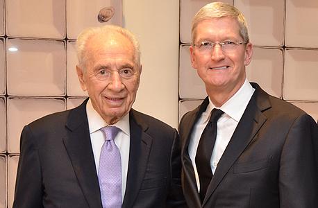 """טים קוק מנכ""""ל אפל ו שמעון פרס, צילום: דוברות מרכז פרס"""