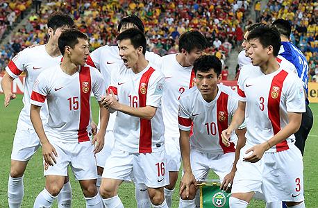 """נבחרת סין. """"תכנית רפורמת הכדורגל"""" החדשה אושרה על ידי שי בפגישה של ועדה שעד כה התמקדה בנושאים כלכליים קלילים יחסית. לפי התכנית, מדינה שחזקה בספורט חייבת להיות טובה גם בכדורגל, הישג שהוא """"משאלה של האומה כולה""""."""