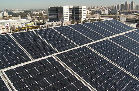 לוחות סולאריים על גג בניין