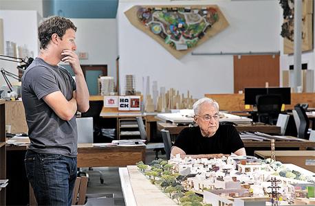 מארק צוקרברג עם פרנק גרי ליד דגם של מטה פייסבוק העתידי