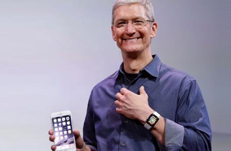 טים קוק ובידו מכשיר האייפון 6