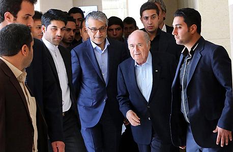בלאטר באיראן. הביע אי-נוחות מהרעיון שהתאחדות הכדורגל האסיאתית תקיים טורניר רשמי ללא נשים ביציעים, צילום: אי פי איי