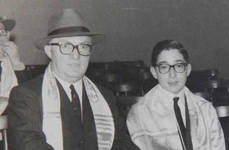 1964. מנואל טרכטנברג בחגיגת בר המצווה שלו עם אביו יחיאל בבית הכנסת בקורדובה, ארגנטינה